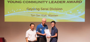 Alastair receiving the Young Community Leader Award from Emeritus Senior Minister, Mr Goh Chok Tong